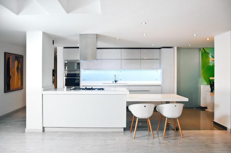 Dapur minimalis dengan bukaan dan void, unsplash @vimarovi